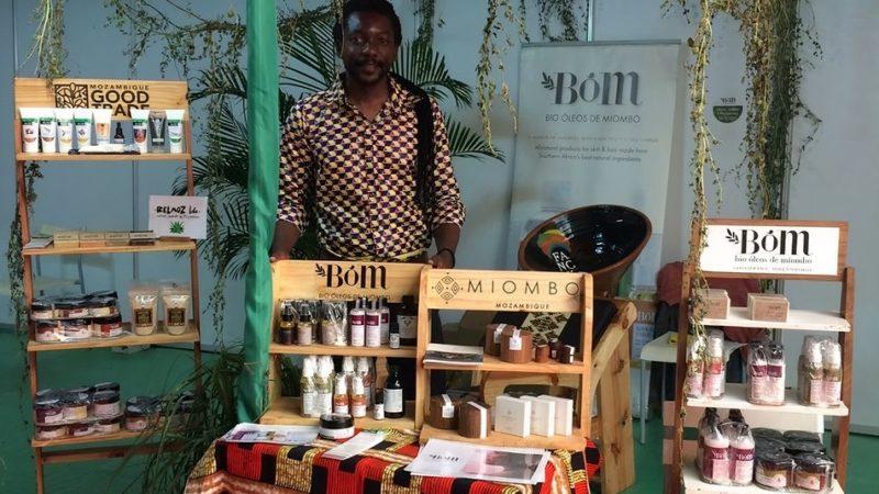 Au Mozambique, le coiffeur Cadino Chipanga développe l'économie locale et le self love au travers des locks