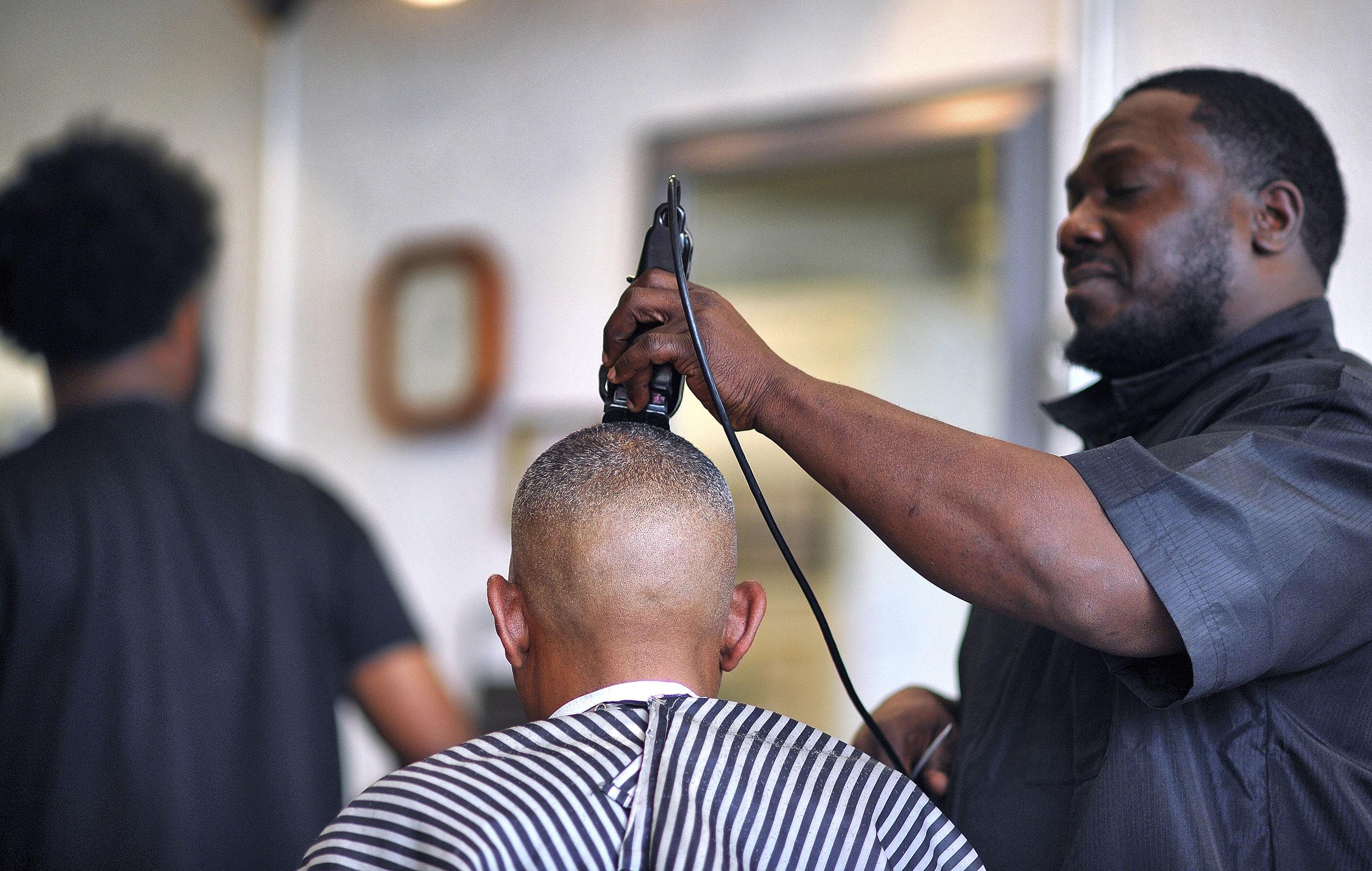 4 coiffeurs démontrent l'importance culturelle et sociale de cette profession pour les Africains